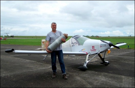 Jean-Luc Soullier totes H2 cannister, possible future energy source for his record flights