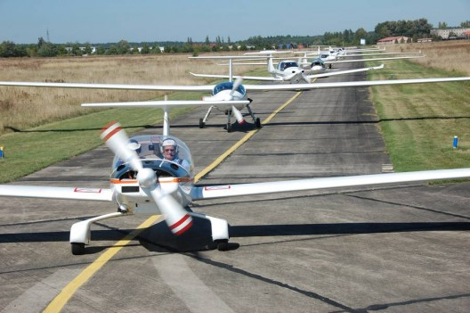 Dimona motorglider leads GSC competitors on flight line.  Number of non-Stemme aircraft increased this year
