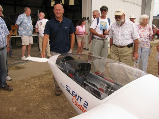Gary Osoba showing off the folding propeller on the Silent Electro 2.  He reports getting 600 feet per minute climb on one meter blades