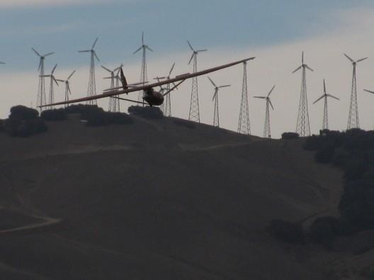 Jeff Byard, bringing his Baby Bowlus in for a landing in front of Tehachapi's huge wind farm