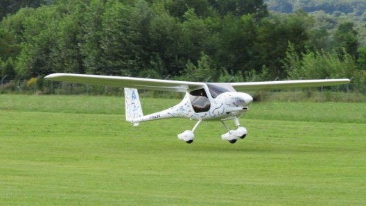 Looking a great deal like the Pipistrel Alpha trainer, WATTsUP makes its maiden flight