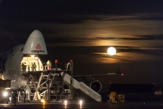 Dramatic image of a dramatic event - loading Solar Impulse into a Cargolux 747