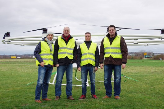 e-volo team: (left to right) Florian Reuter, Jörg Seewald (DULV), Stephan Wolf und Alexander Zosel. Photo courtest of e-volo